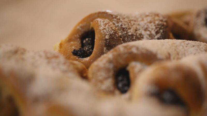 Édes kelt tészta – batyu és kifli kemencében sütve (a Tuba Tanyán)